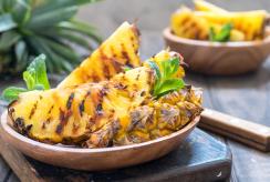 Ant grilio galima kepti ne tik mėsą ir daržoves: trys keptų vaisių receptai